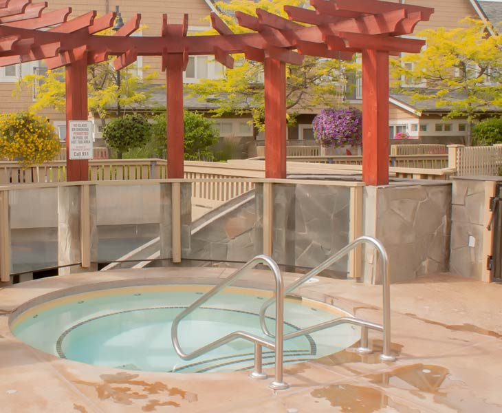 okanagan-lodging-hot-tub-amenities-sq